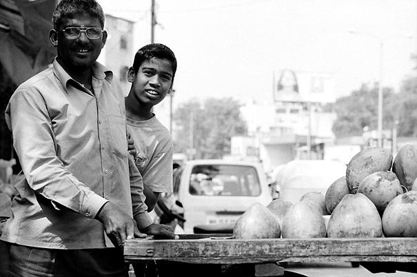 野菜を売る親子