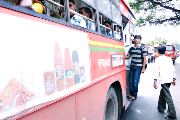 バスの乗降口に立つ男