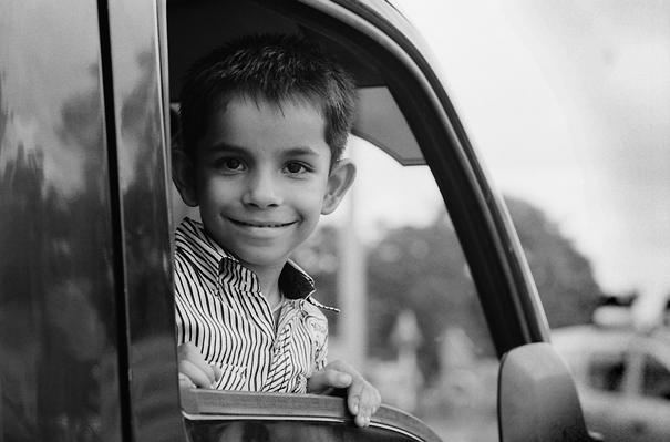 車内で微笑む男の子