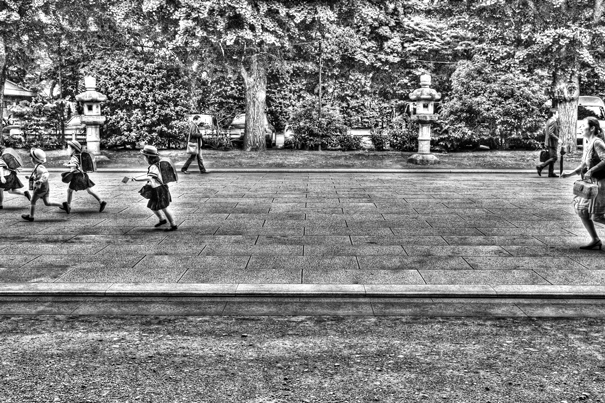 Kids Run And A Mother Chases Them @ Tokyo