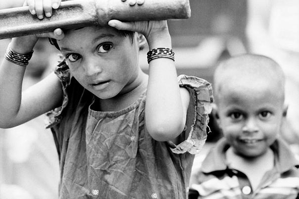 井戸で水を汲んでいた女の子と男の子