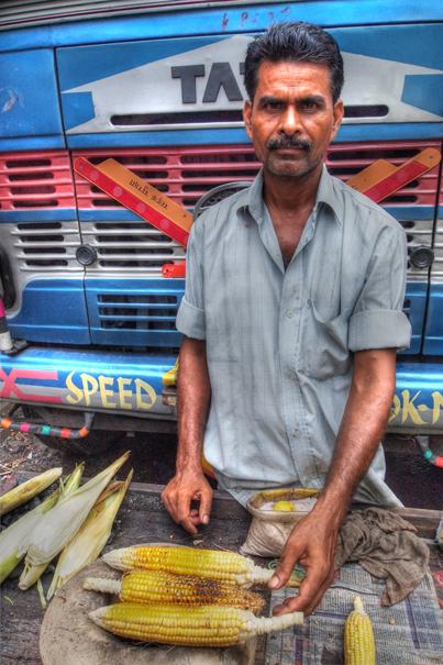 玉蜀黍を焼く男