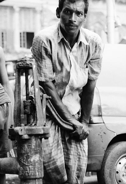 水を汲む男