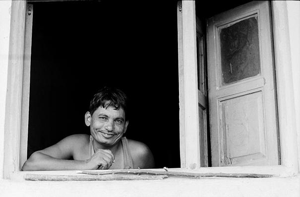 窓辺で微笑む男
