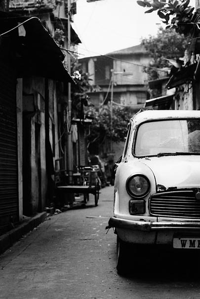 路地に駐められていた古めかしい車