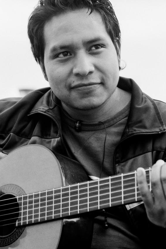 広場でギターを弾く男