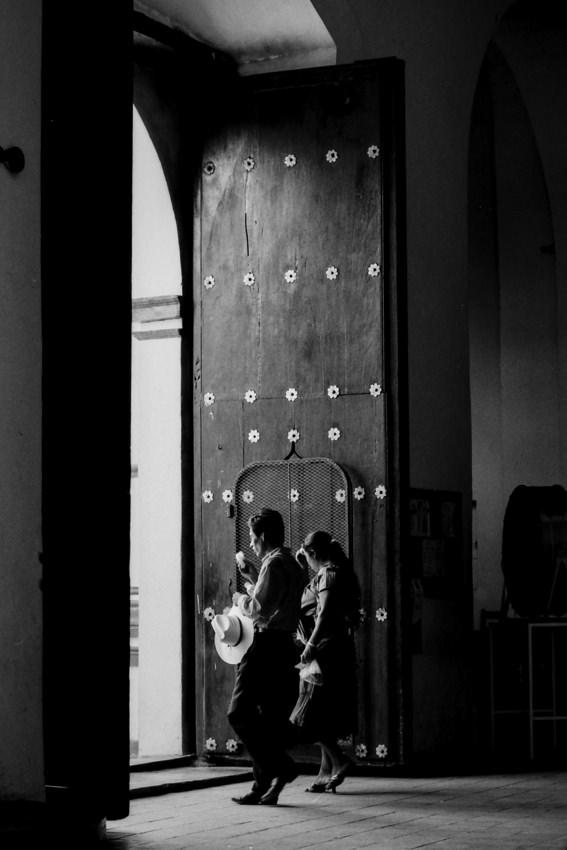 サント・ドミンゴ・デ・グスマン教会の外に出るカップル