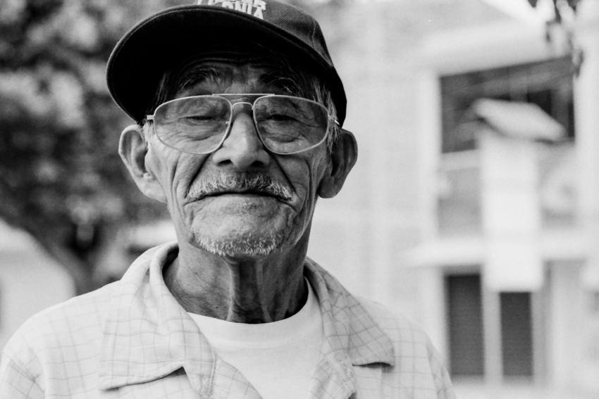 眼鏡をかけた老人