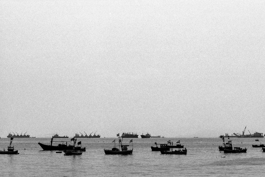 沖合の漁船