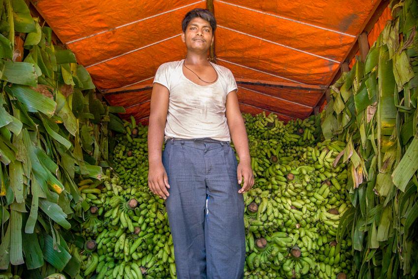 バナナの前に立つ男
