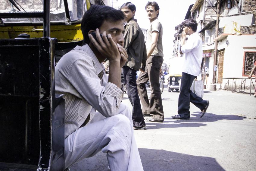 携帯電話でおしゃべりする男