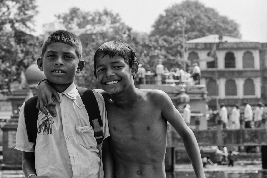 シャツを着た男の子と上半身裸の男の子