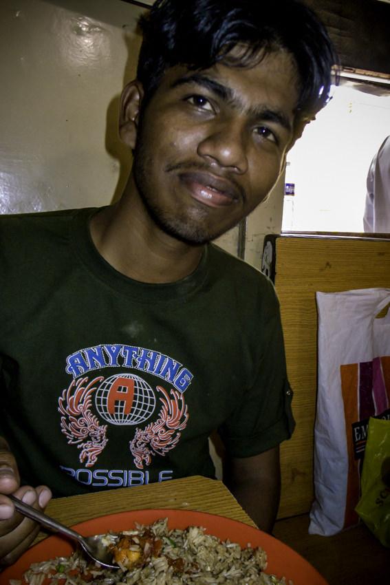 チャーハンを食べる男