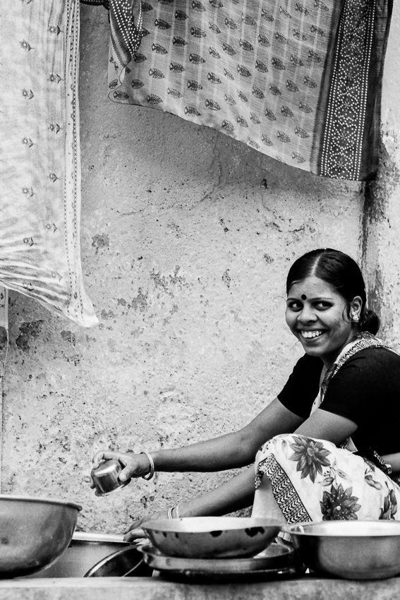 道端の水場で働く女