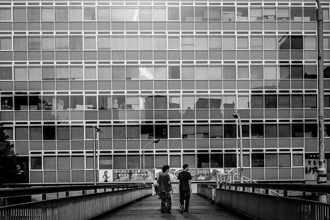 歩道橋の上の二人の男