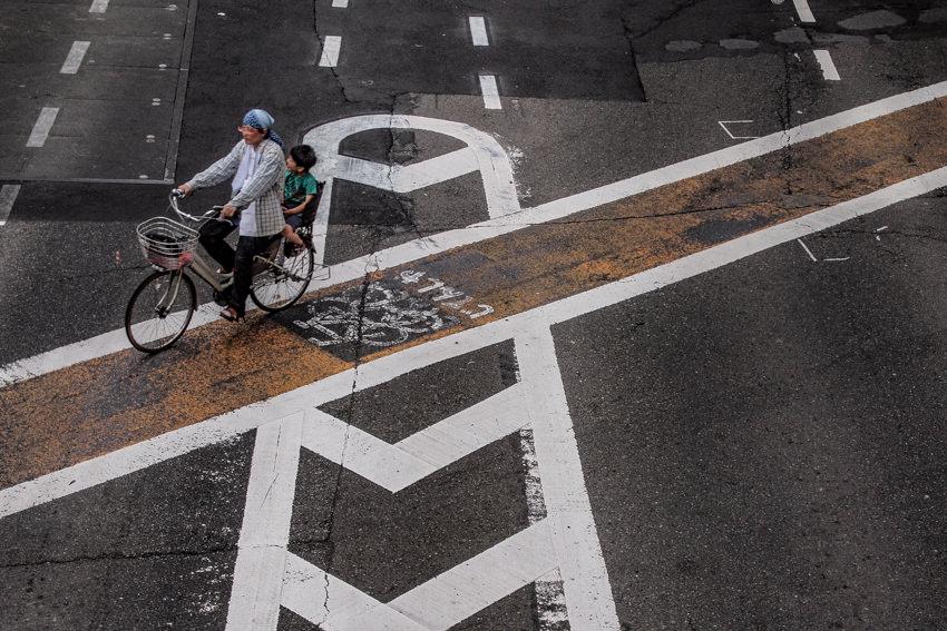 自転車レーンを走る自転車