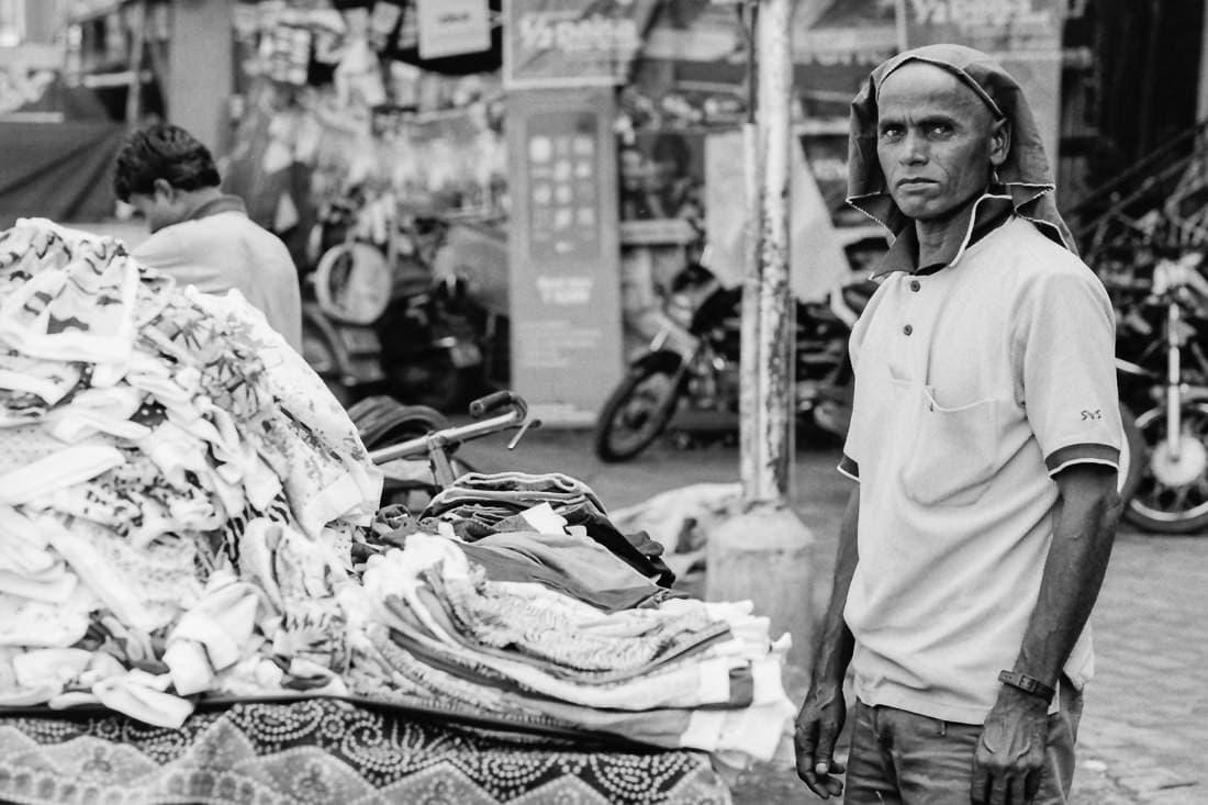 服を売る男