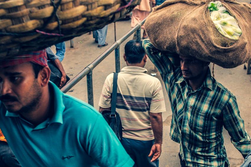 荷を運ぶ男たち
