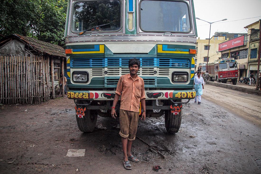 トラックの前に立つ男