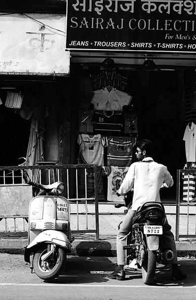 店頭に駐められた二台のバイク