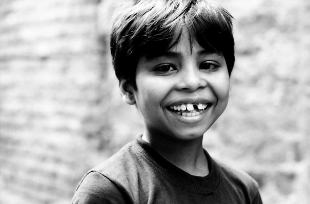 白い歯を見せる男の子