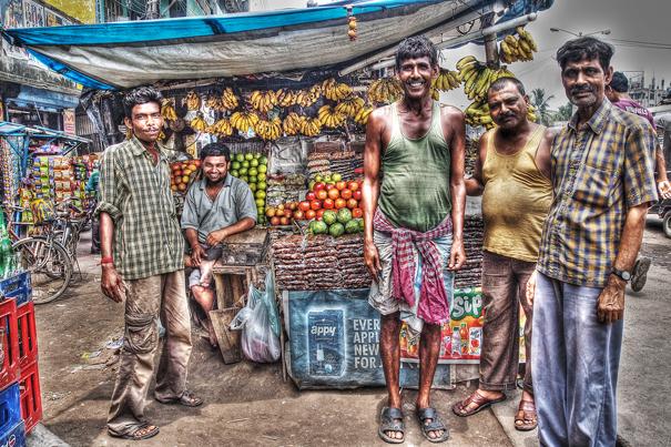 果物屋の前の男たち