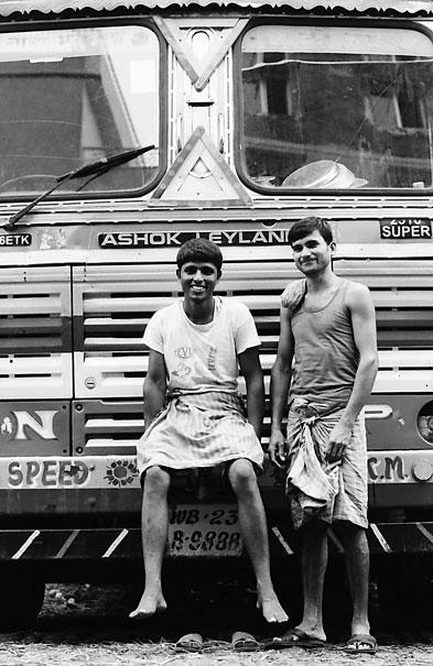 トラックの前の二人の男