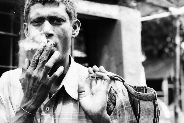 煙を吹かす男 @ インド