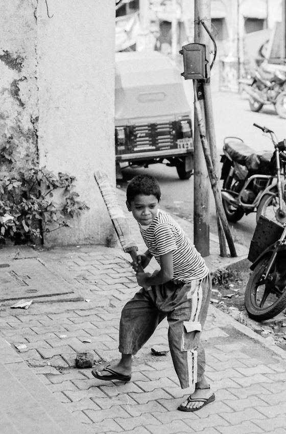 バットを握る男の子