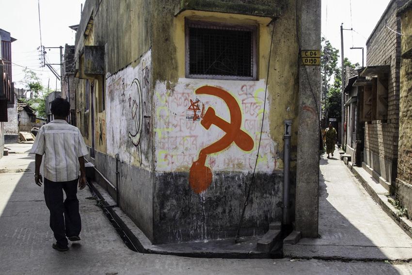 壁に描かれた鎌と槌