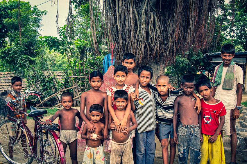 木の前に集合した地元の人たち