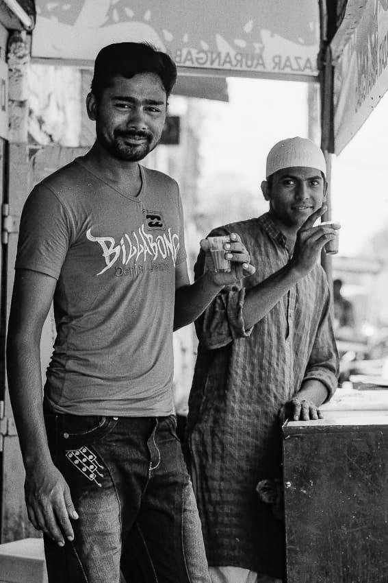 チャイを飲む二人の男