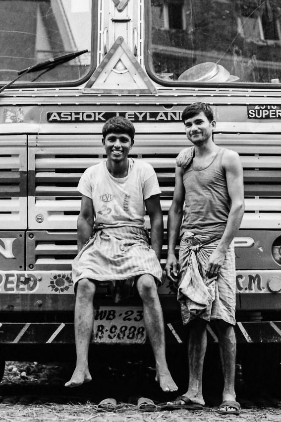 トラックの前に立つ二人の男