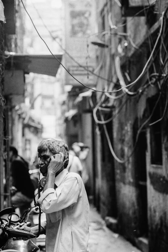 電話をかける男