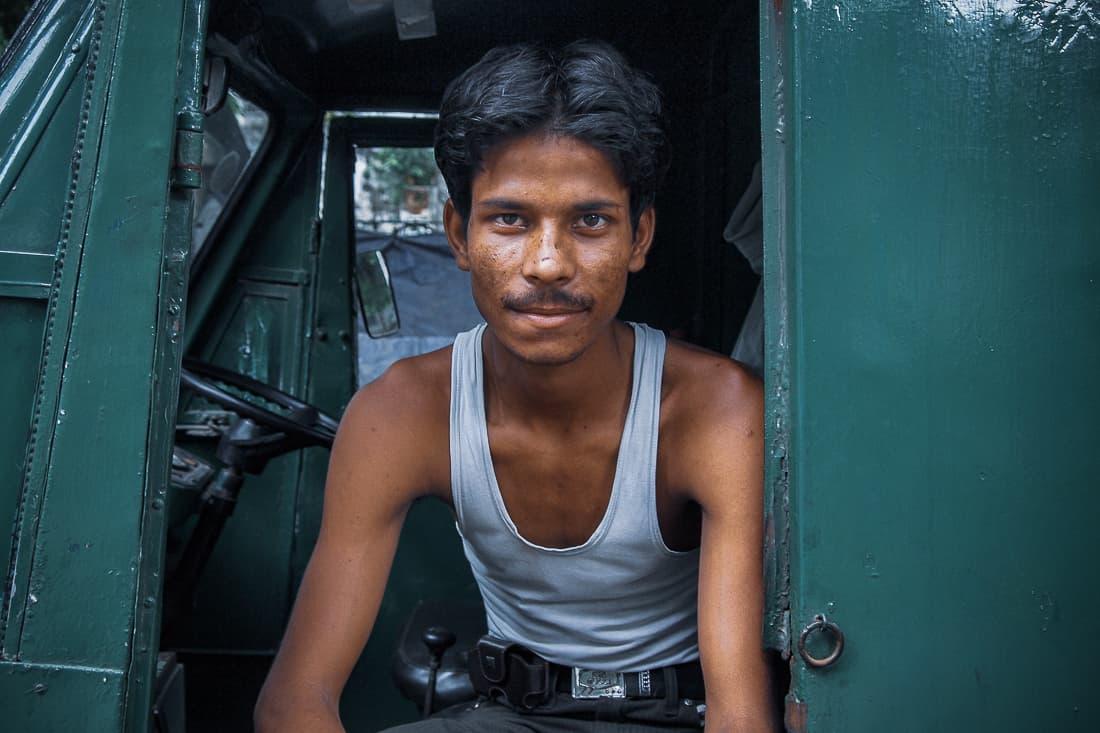 緑色のトラックに腰掛けていた男