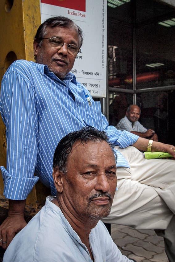 郵便局の前にいた二人の男