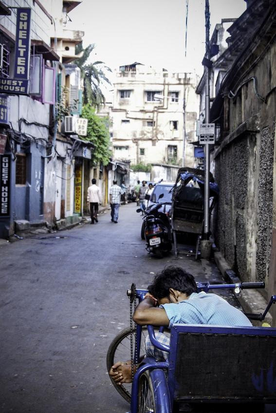 道端で寝る男