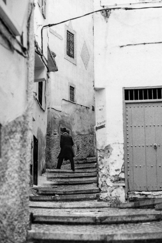 階段の上の人影