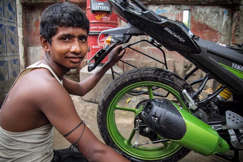 バイクを整備する男