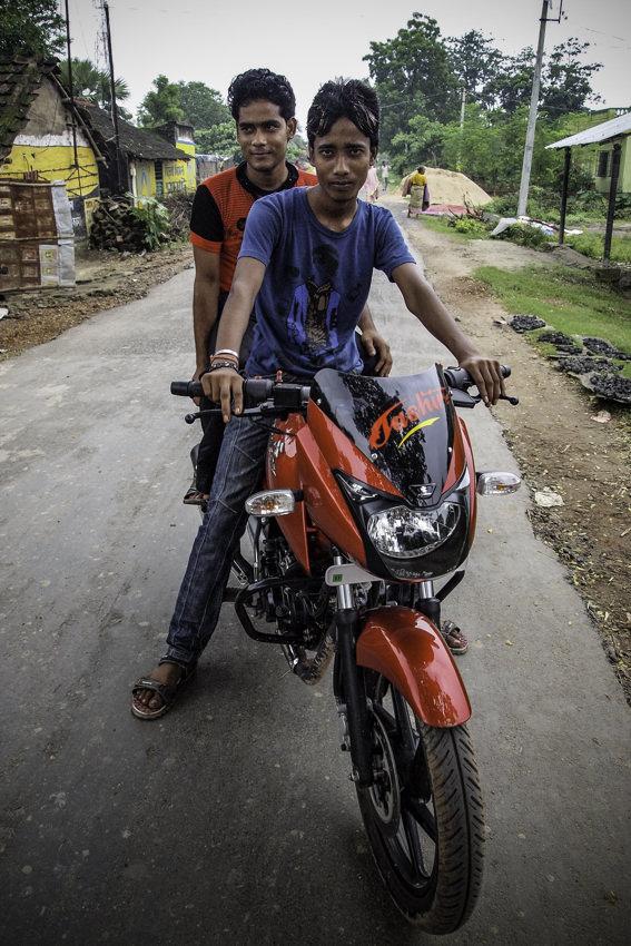 バイクに乗った二人の男