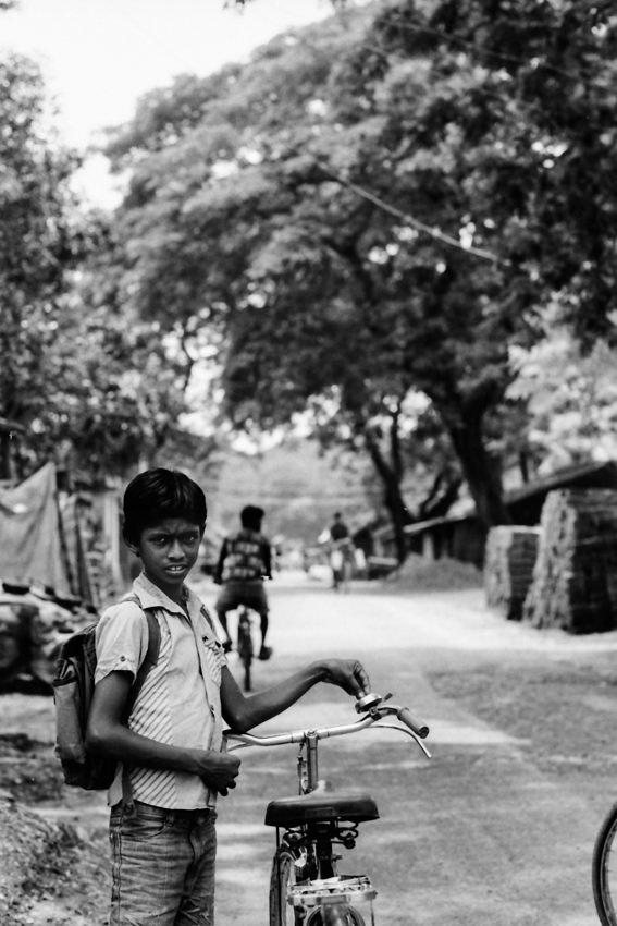 道端に立つ男の子