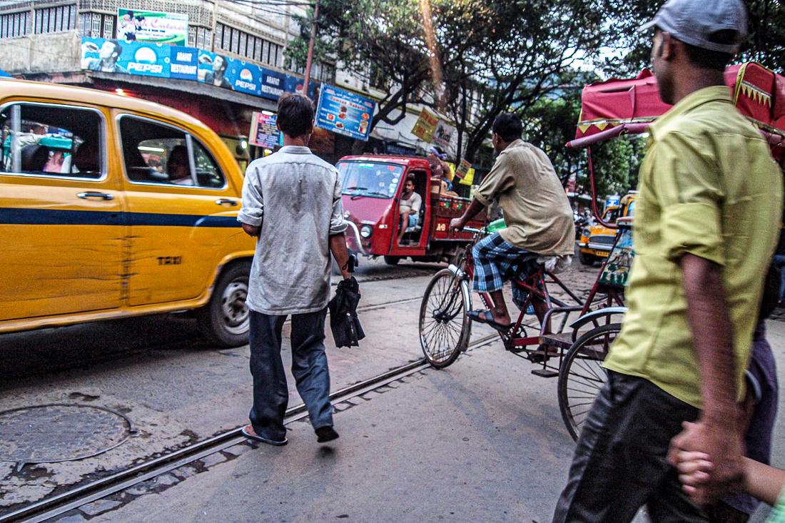 交通量の多い道路を横断する人々