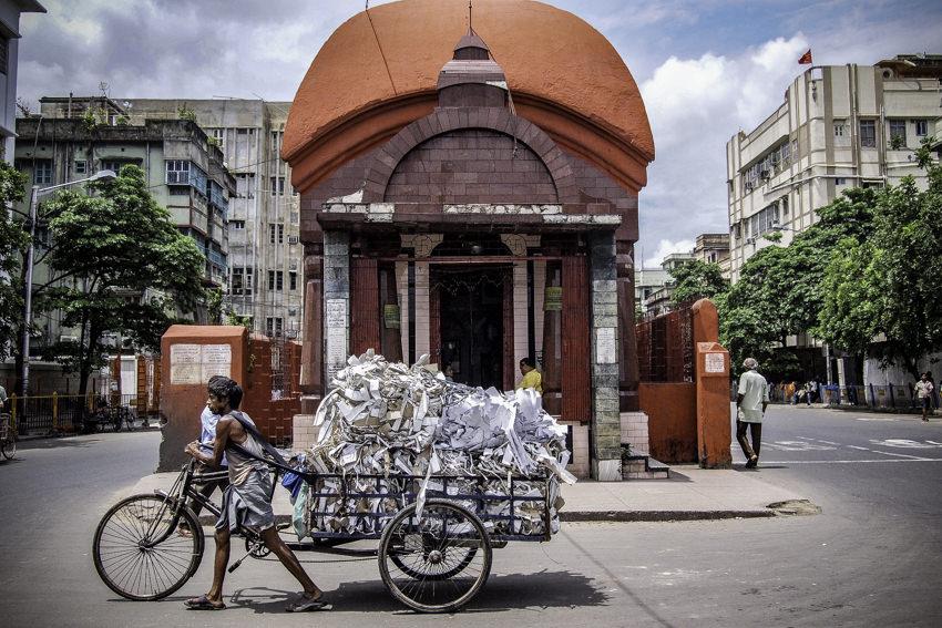 お堂の前をゆく荷台の付いた自転車