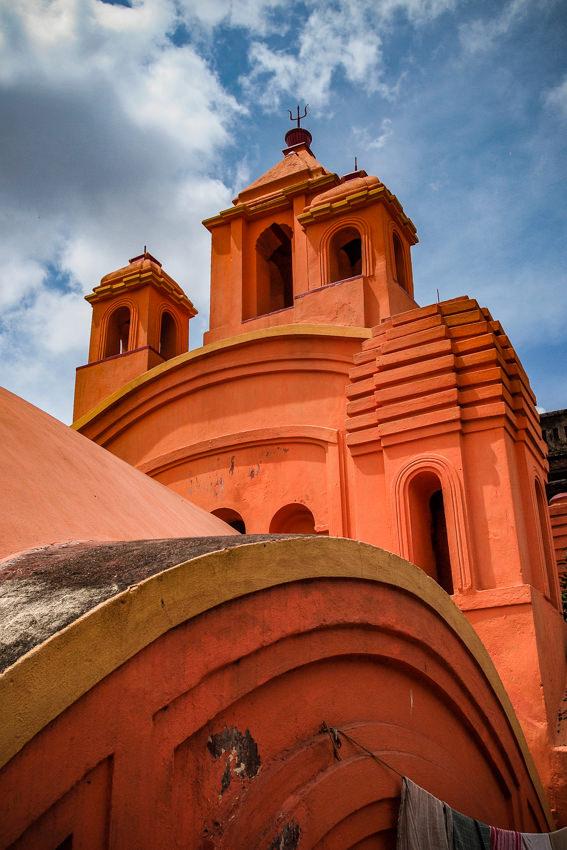 鮮やかな色で塗られたヒンドゥー教寺院