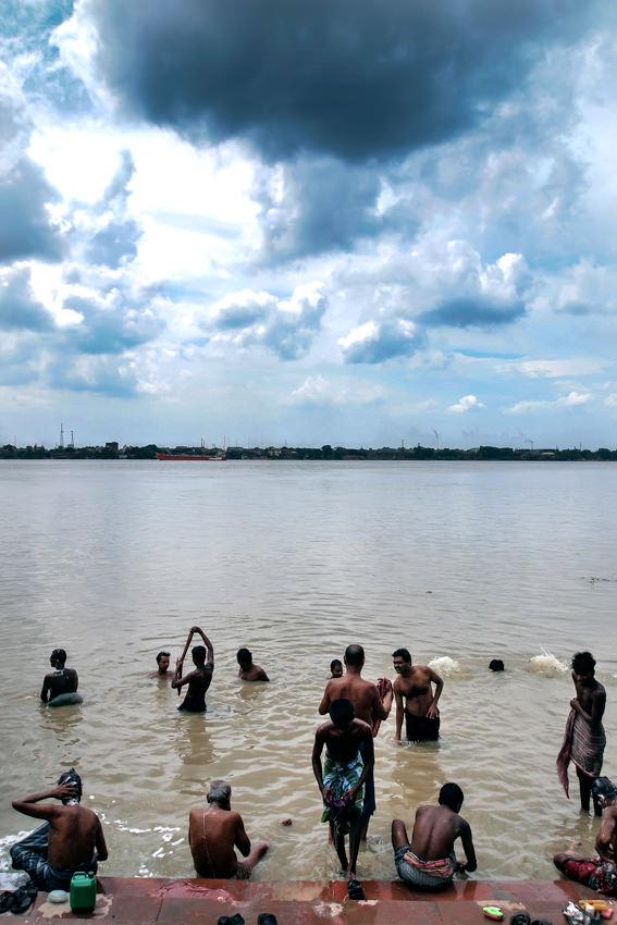 フーグリ川に浸かる人々