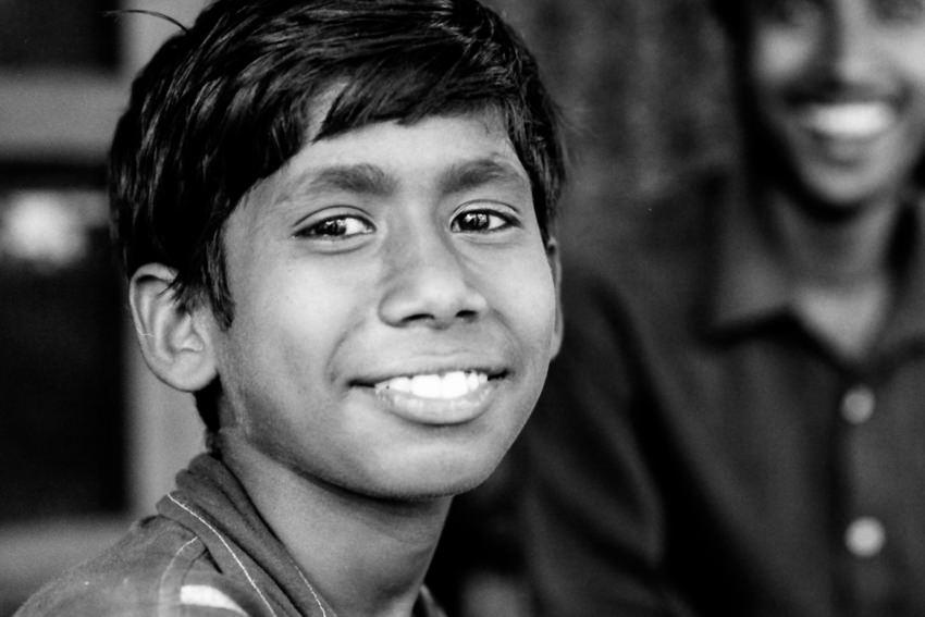 微笑む若い男