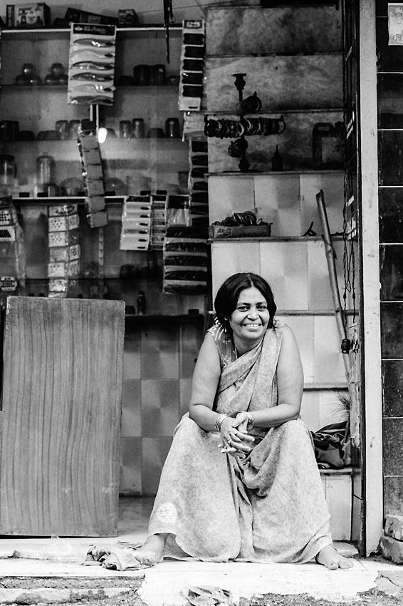 店先で微笑む女