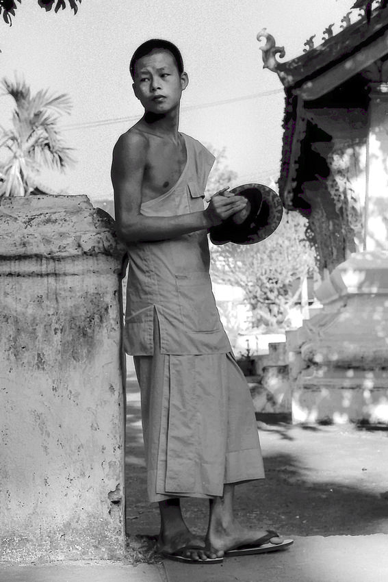 鐃鈸を持つ僧侶