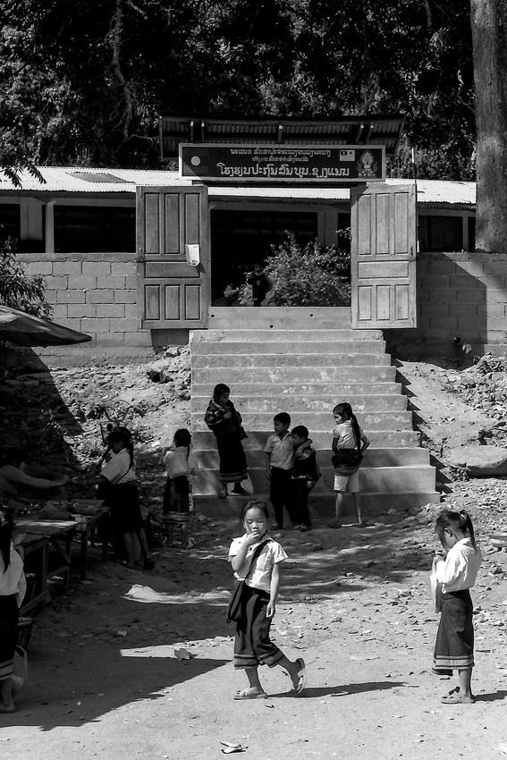 校門の前で遊び子どもたち
