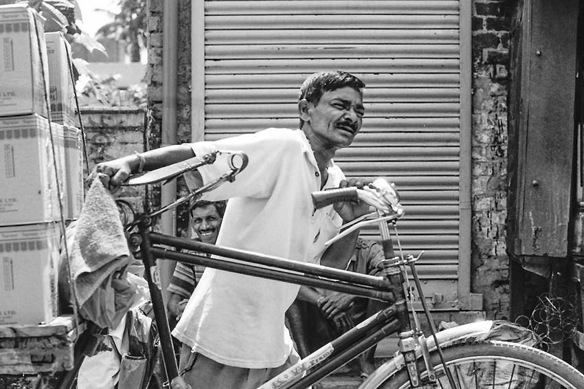 自転車を押す男